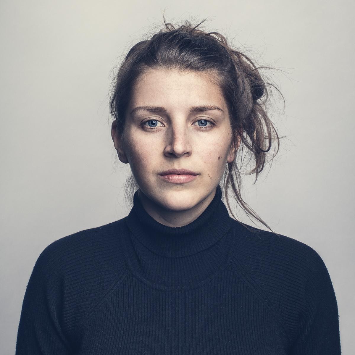 Porträttfoto i studio av artisten stina joza