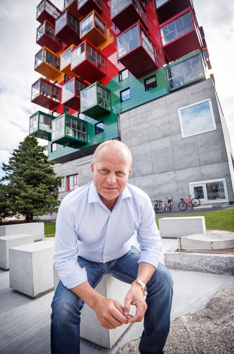 Anders Nyberg sitter framför Ting1 fotograferad av Elin Nerpin, Örnsköldvik