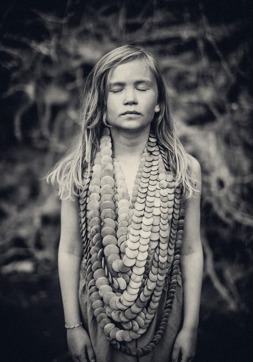 barn blundar och bär ett väldigt stor halsband