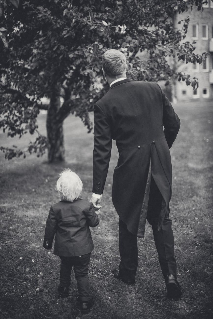 Far och son går bland äppelträd