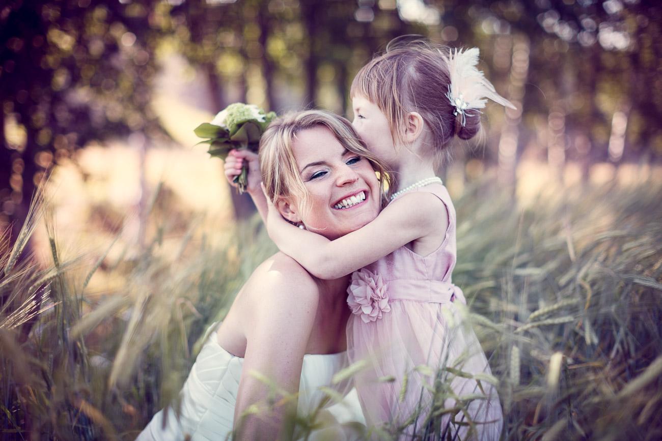 Mamma och dotter kramas innan bröllopet