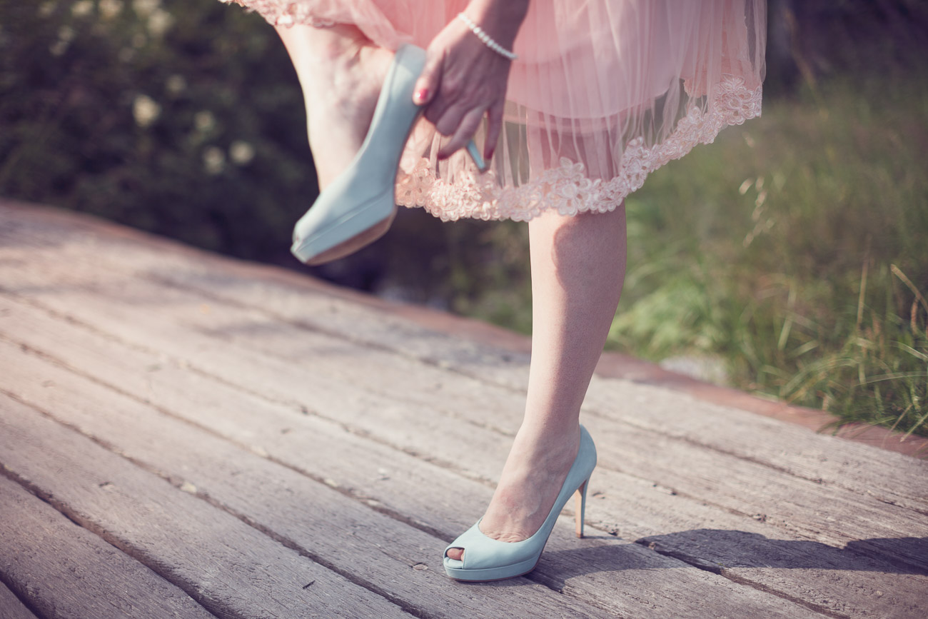 Kvinna rättar till sin sko