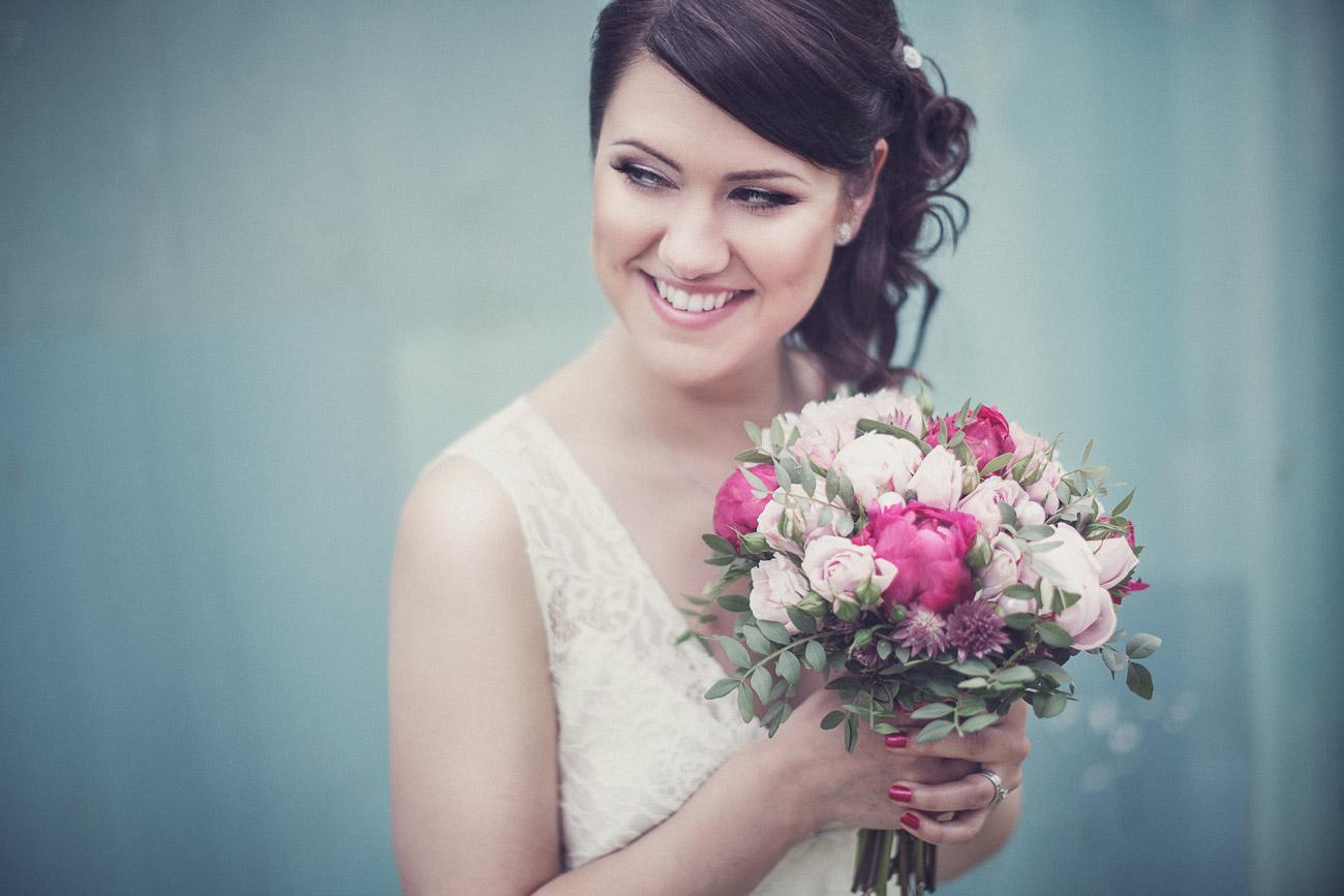 Färgglad bild med en brud med sin brudbukett