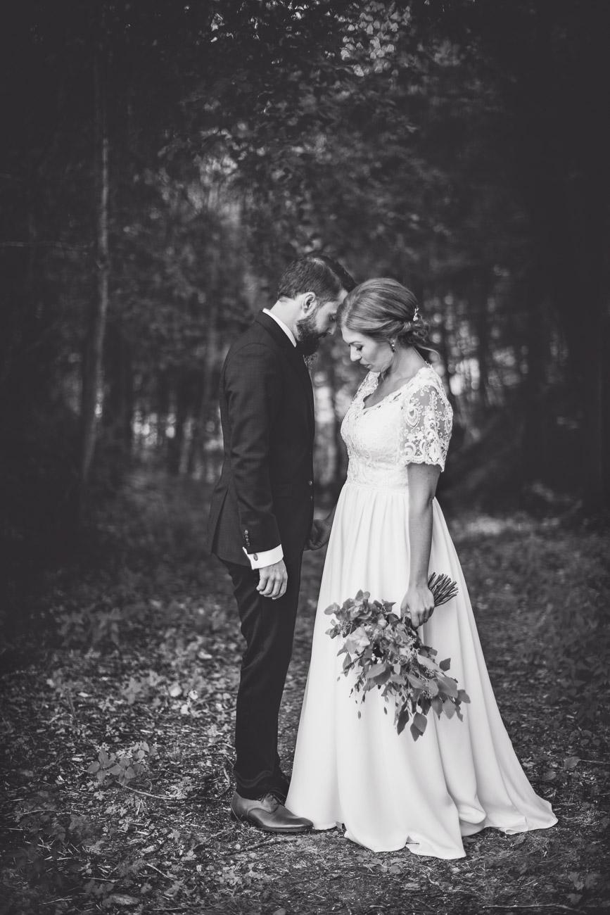 Man och kvinna i en mörk skog