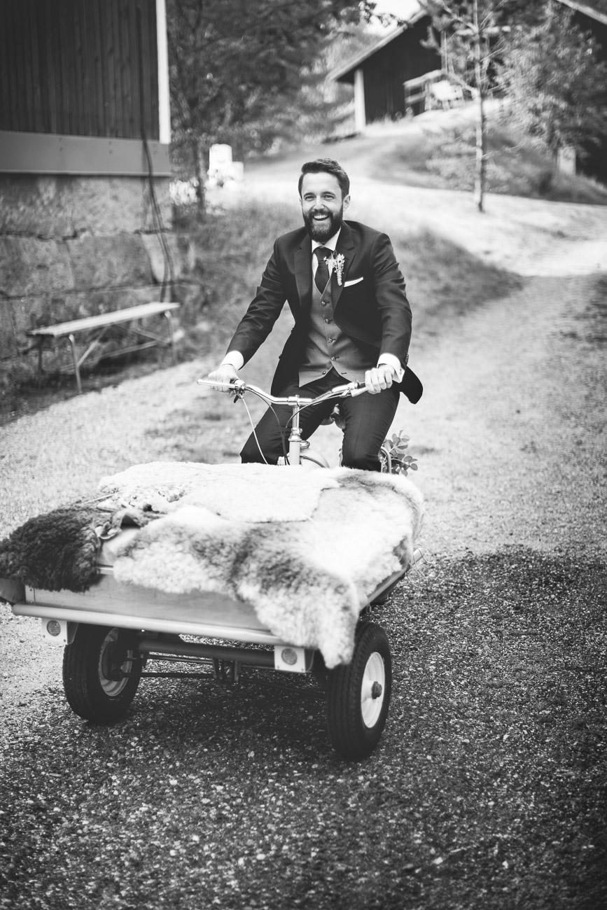 Man kör packmoppe till bröllop