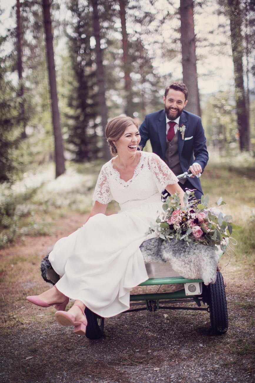 Brudpar åker packmoppe till sitt bröllop