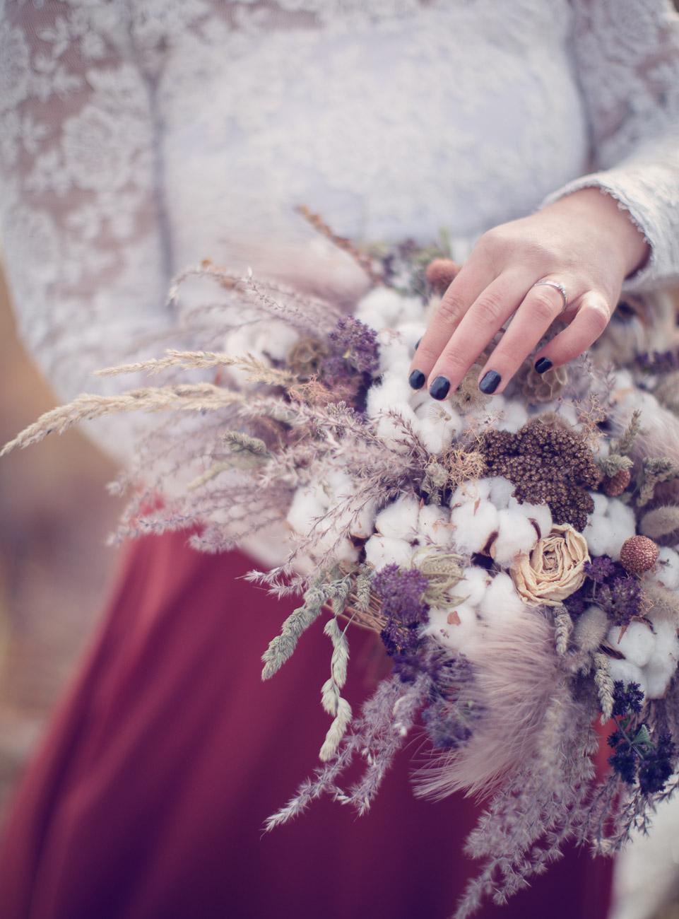 Brud fixar till sin bröllopsbukett