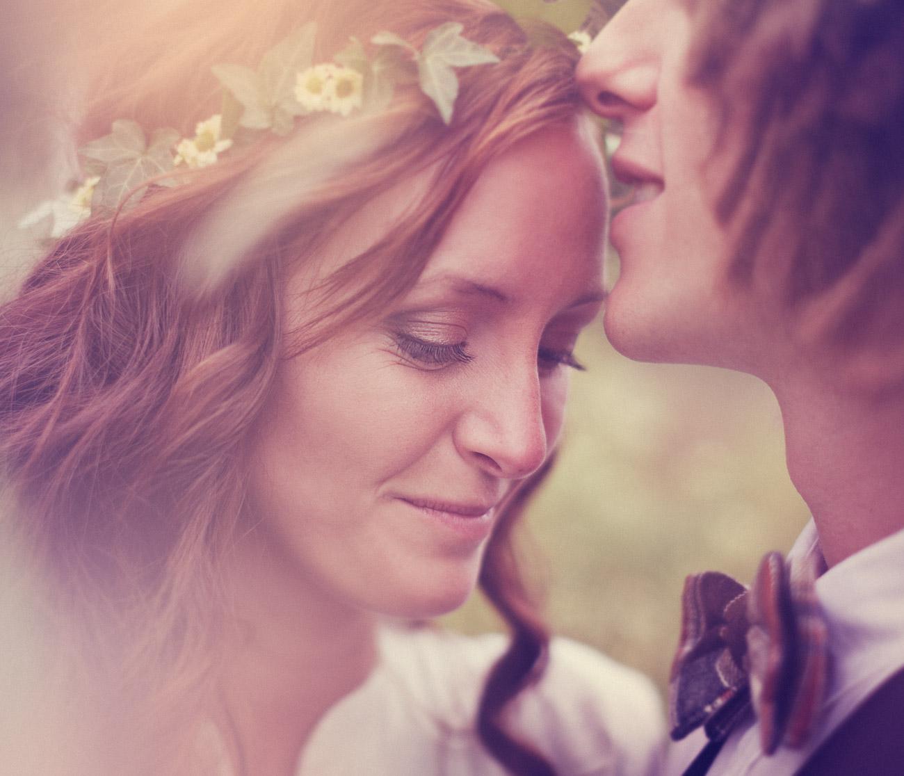 Brudgum pussar bruden på pannan