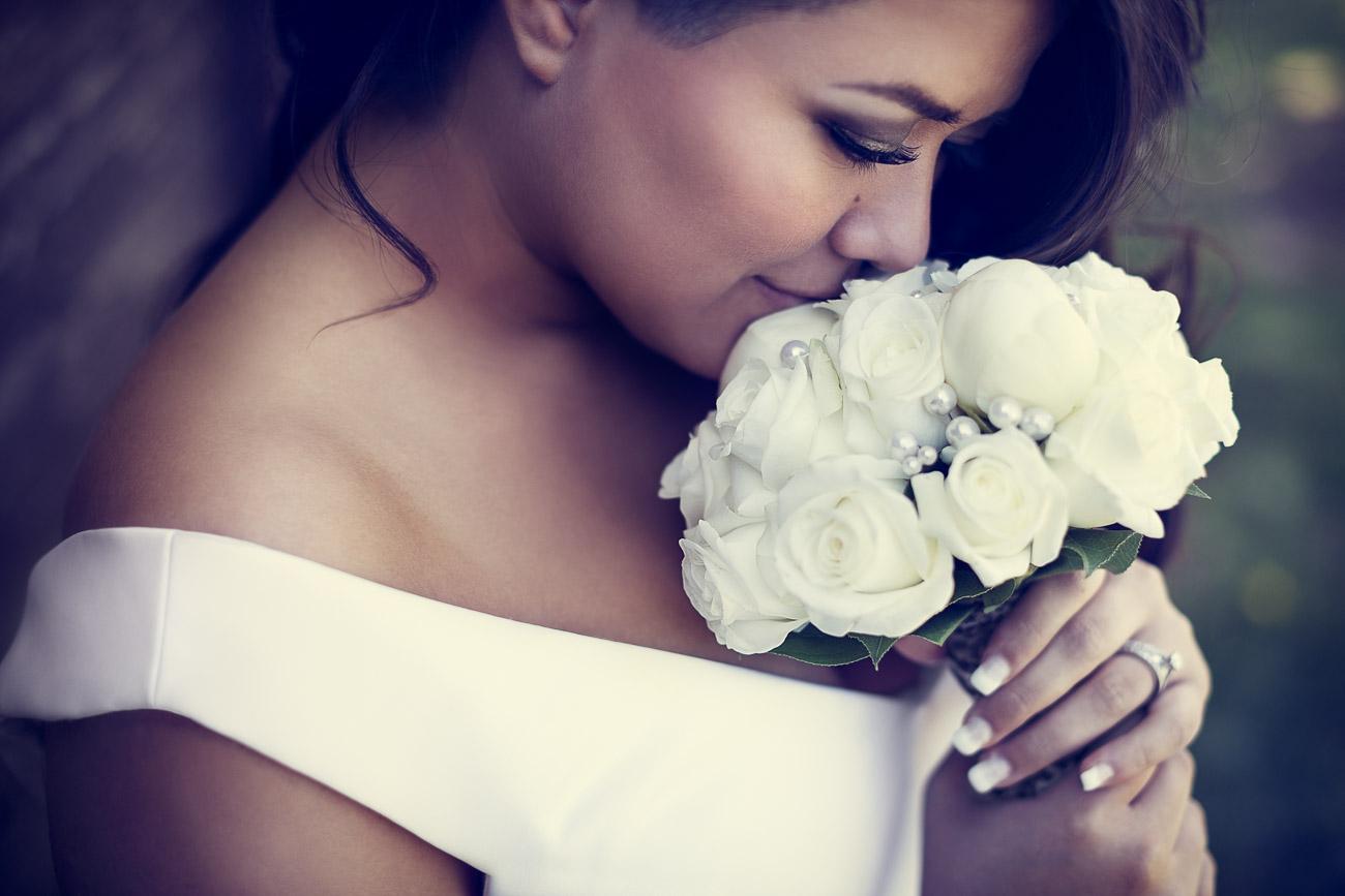 Brud luktar på sin bröllopsbukett