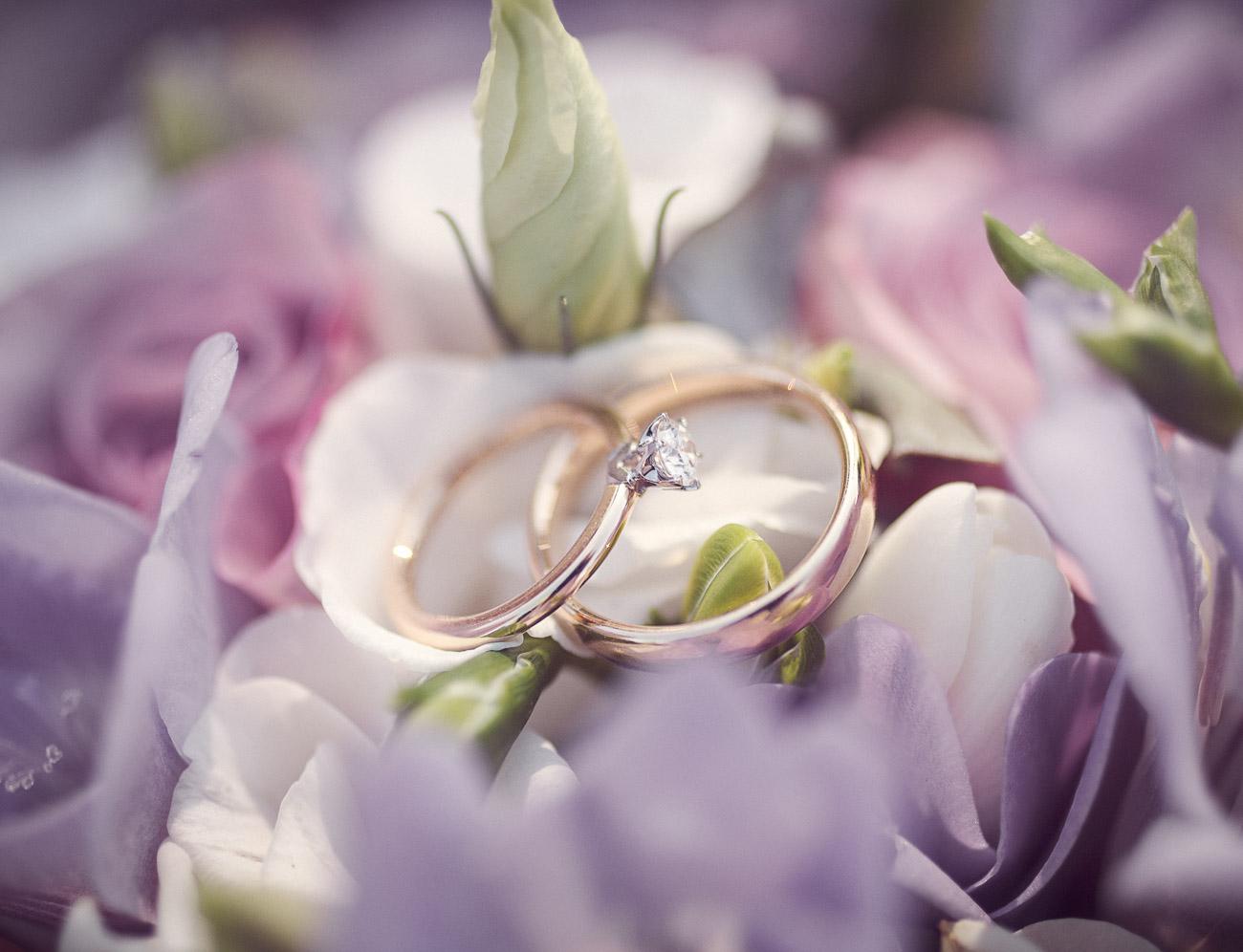 vigselringar på en bröllopsbukett