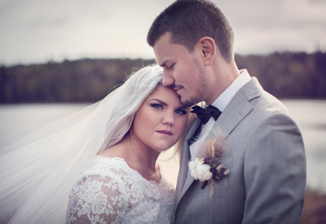 Brudpar håller om varandra innan sitt bröllop