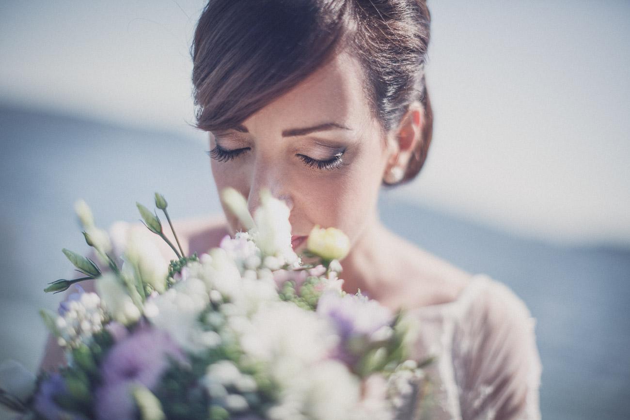 Brud doftar på sin bröllopsbukett