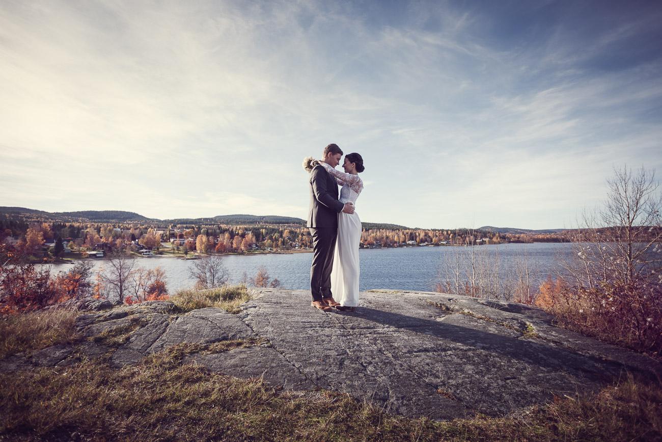 Brudpar vid en vacker utsiktsplats