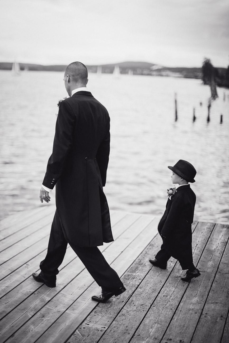 Far och son i kostym och hatt