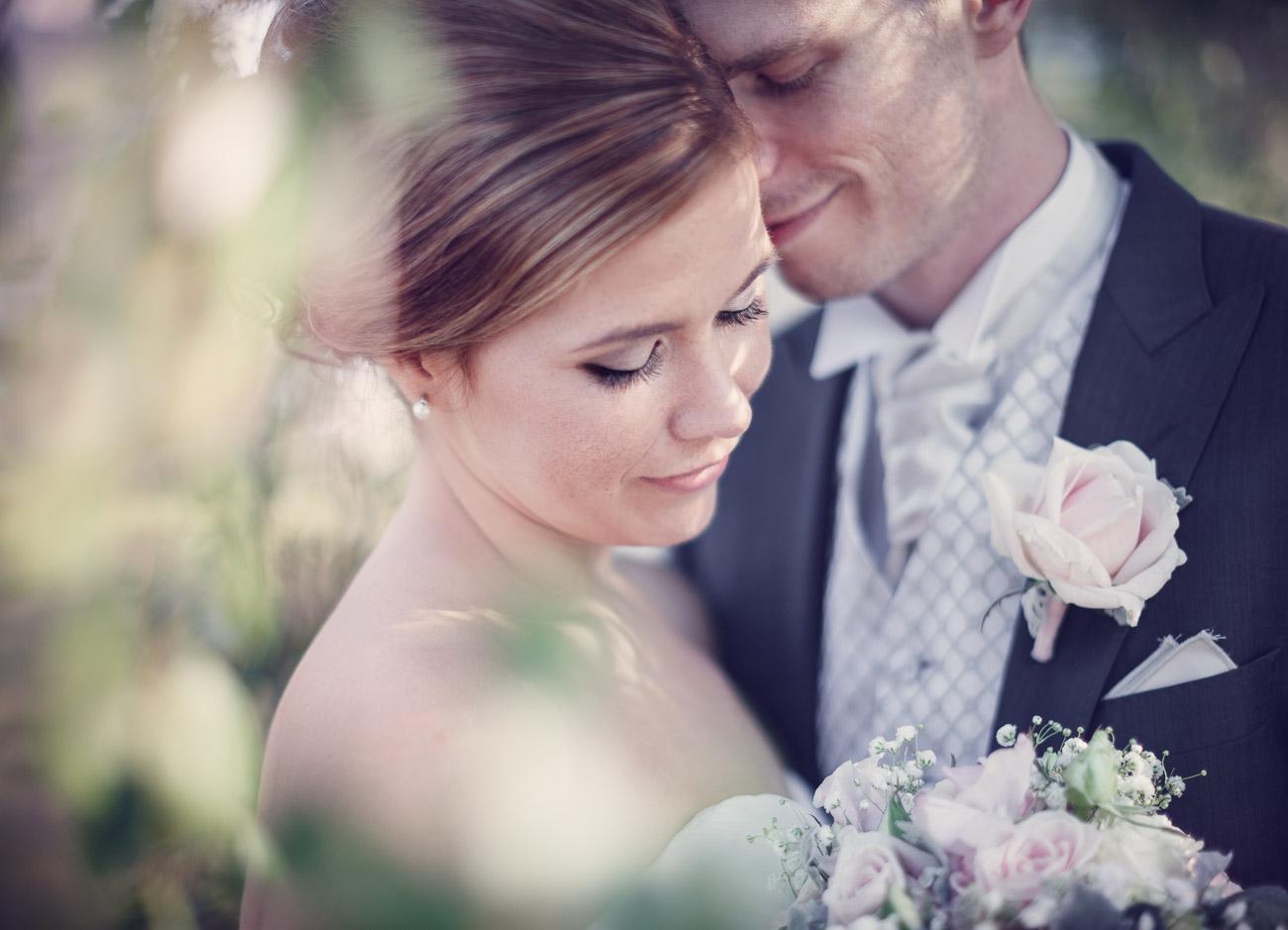 Närbild av brudpar som kramas