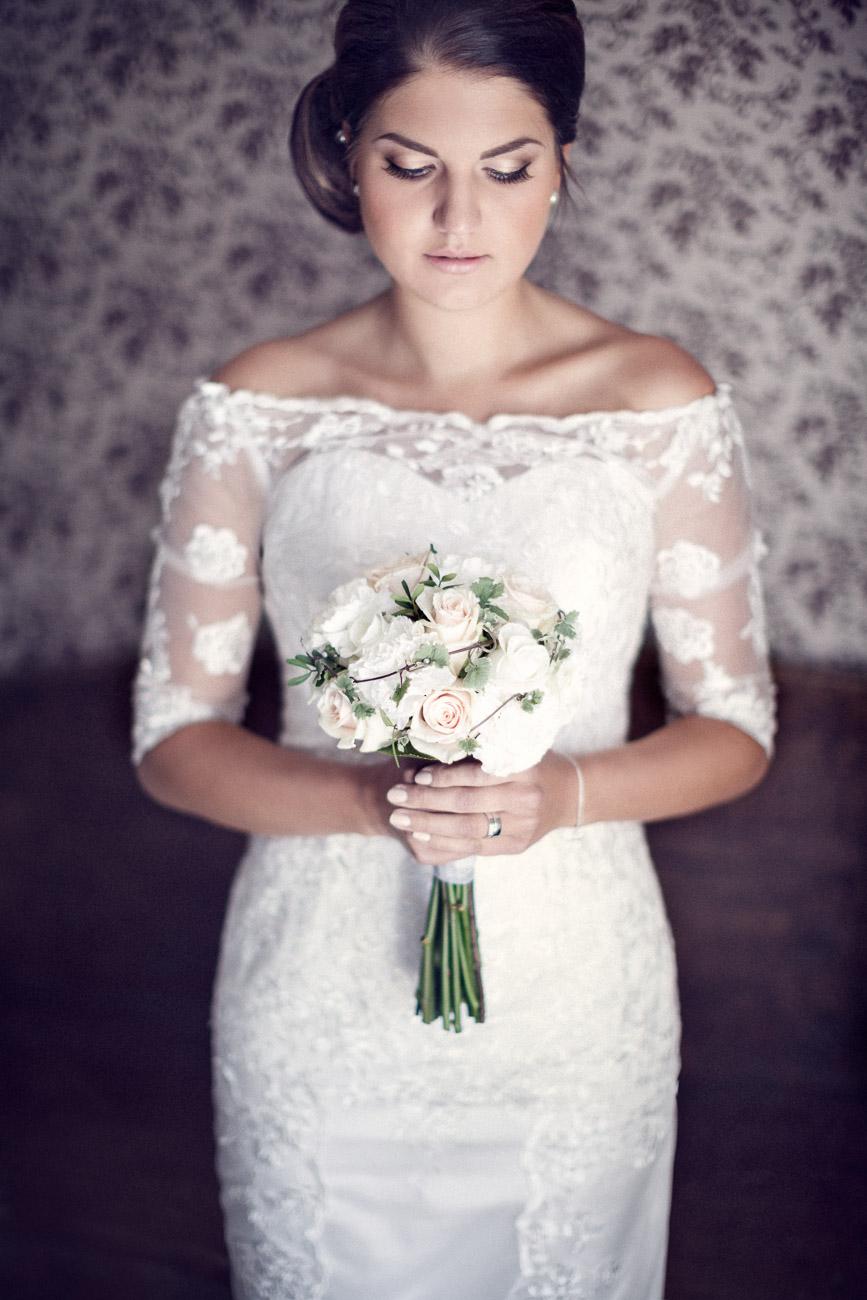 Kvinna håller sin brudbukett