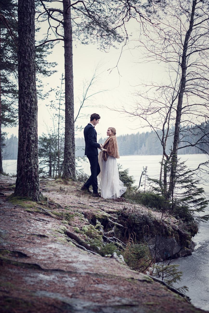 Brudpar gifter sig i en vintrig skog
