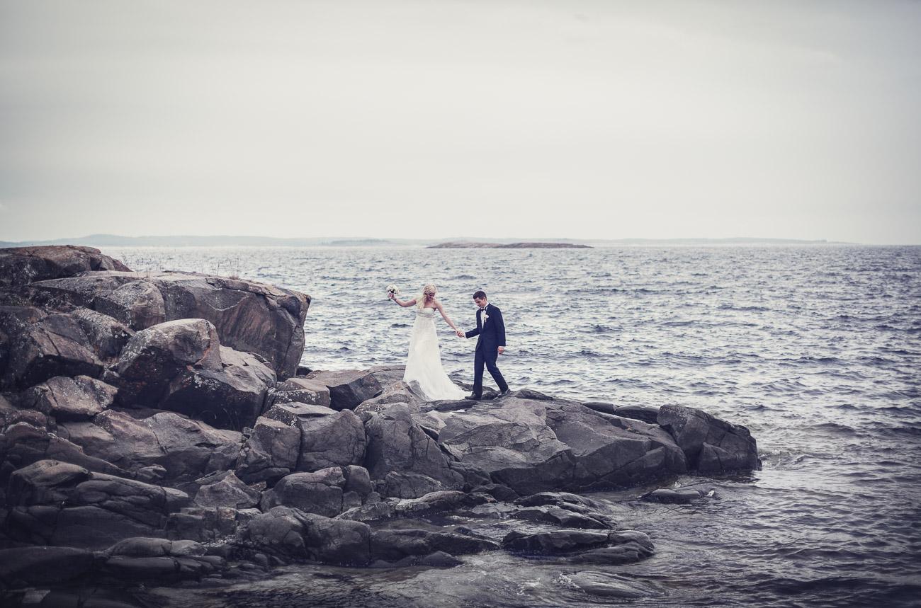 Brudpar på en karg klippa ute i havet där det skall gifta sig