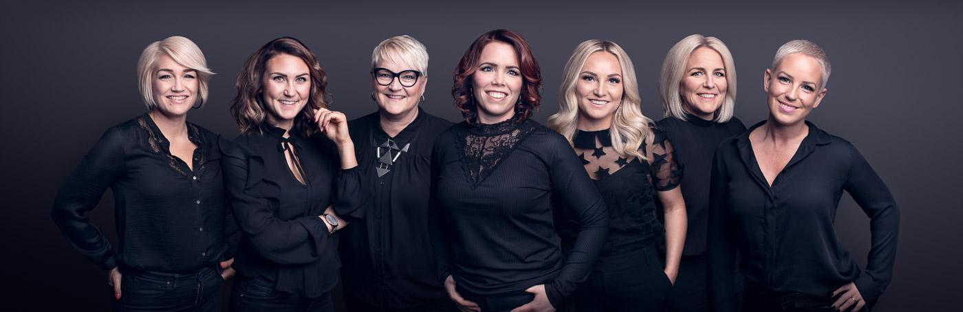 Ihopklippt gruppbild med mörk bakgrund med personalen på Hair Creatives