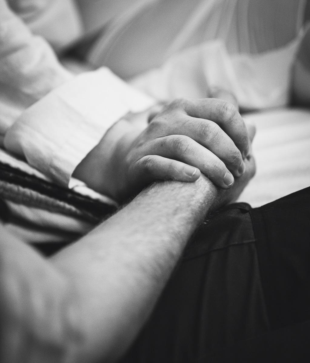 mamma och pappa håller hand