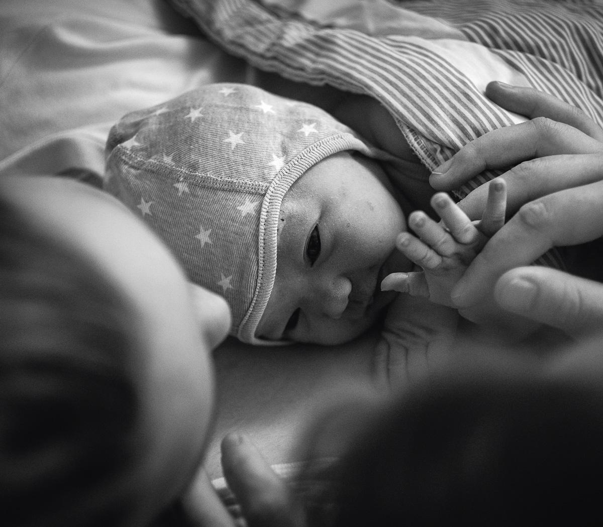 Nyfödd bebis ligger på sin mammas bröst