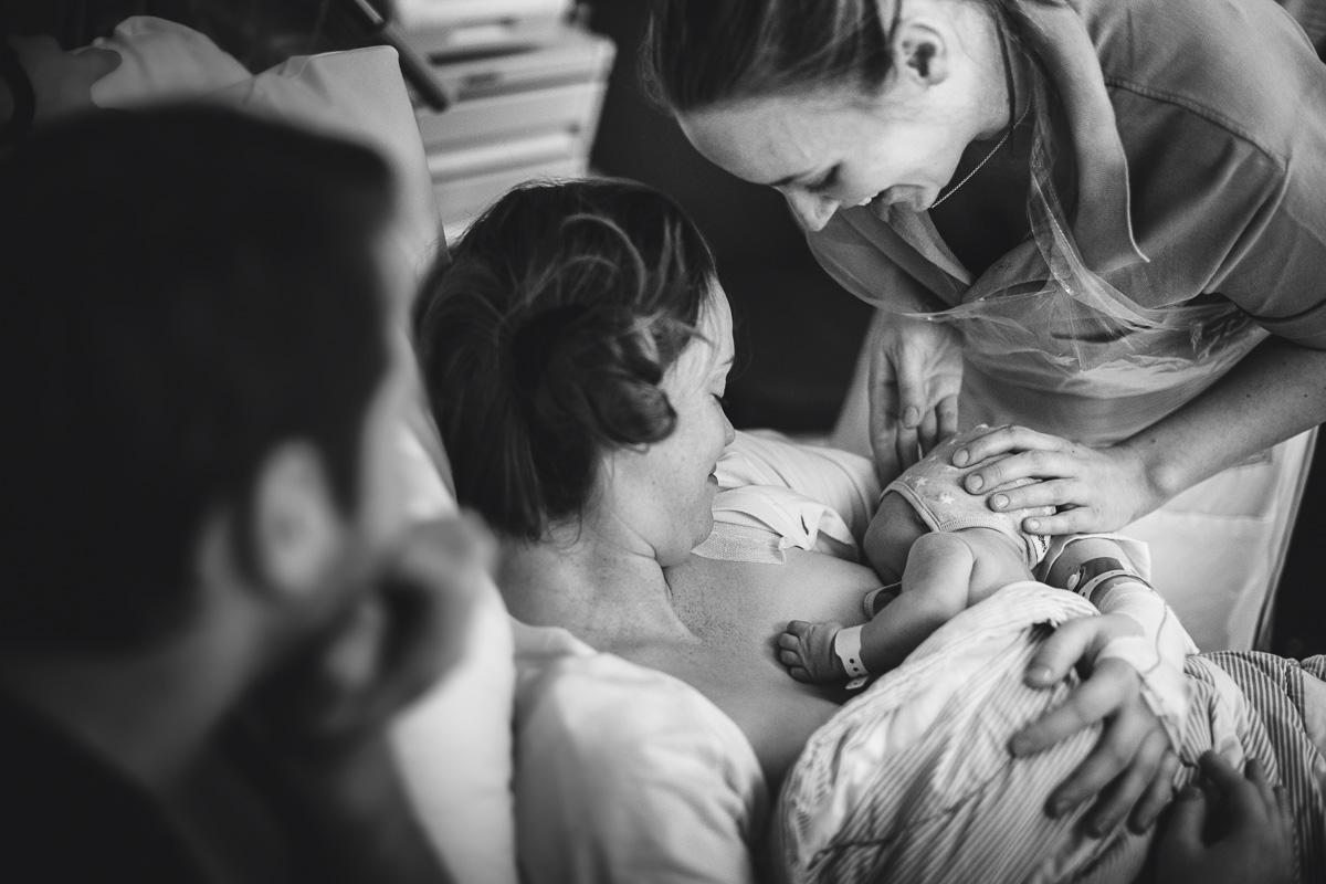 Nyfödd bebis ammar sin mamma på BB