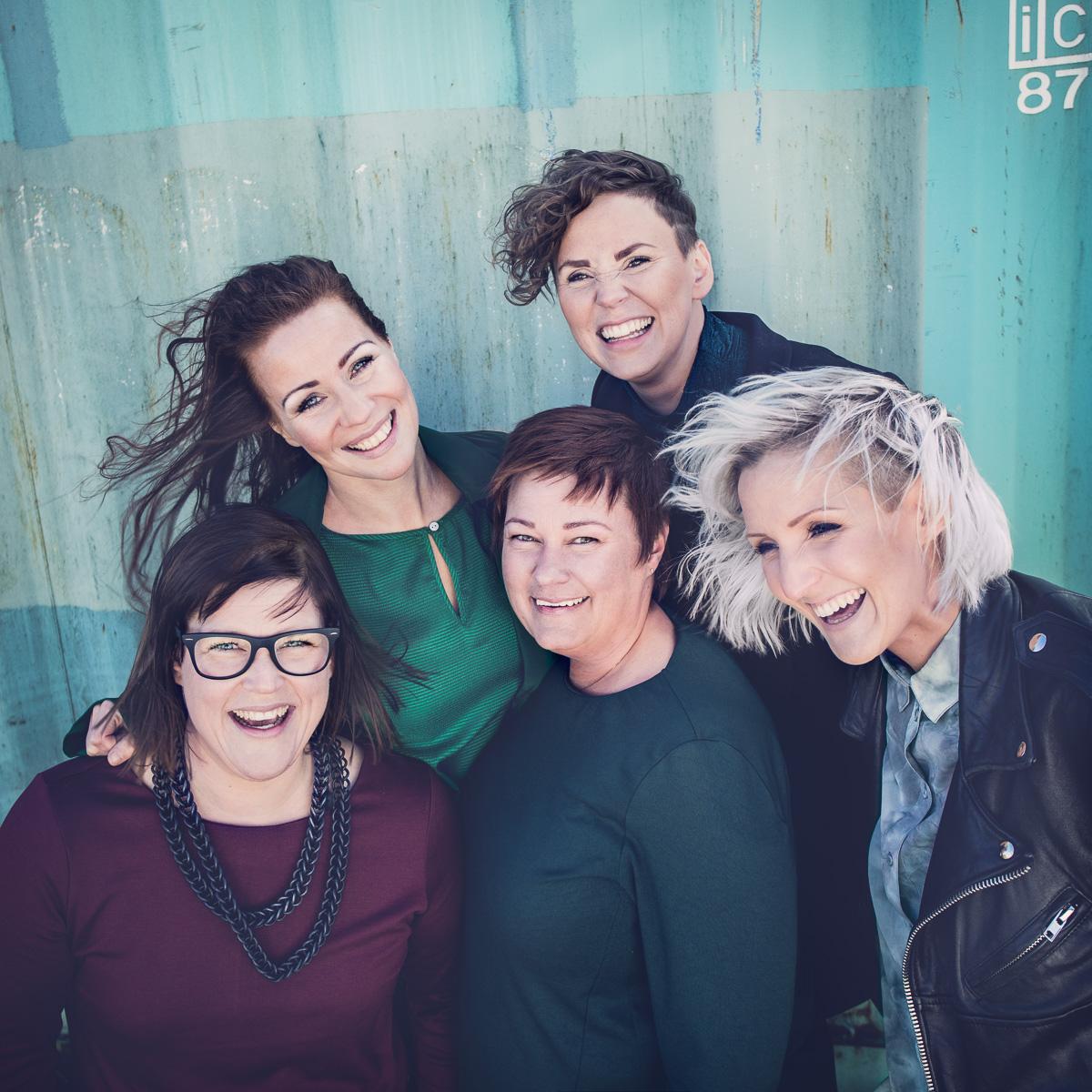 Styrelsen för High Coast Creative poserar i färgglad gruppbild