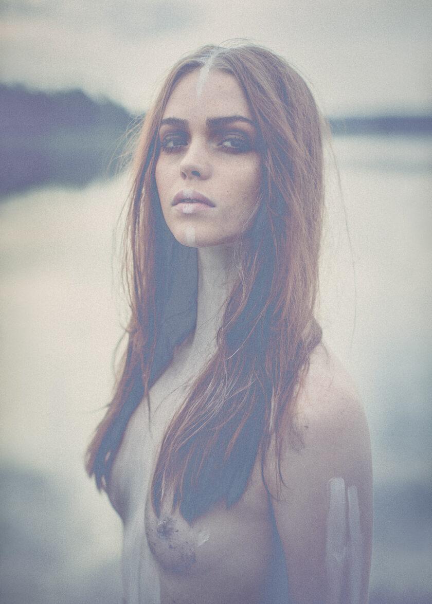 Kvinna porträtterad väldigt ståtlig framför en sjö