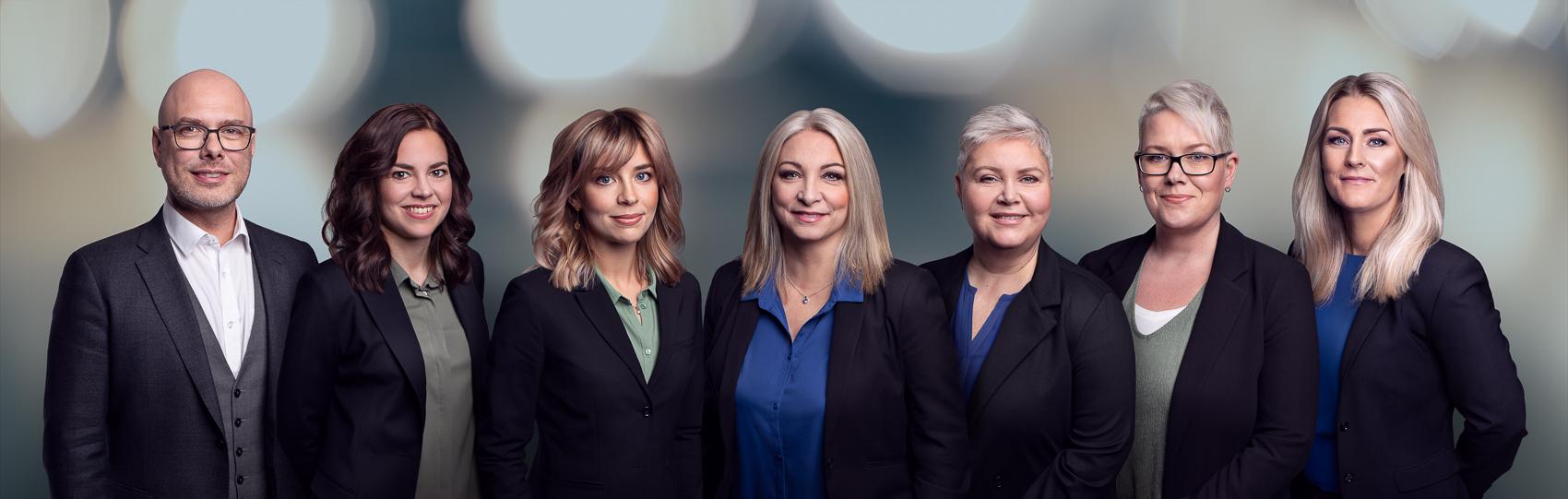 Gruppbild på personalen på Nylanders Begravningsbyrå, med en grön blå ton i bilden