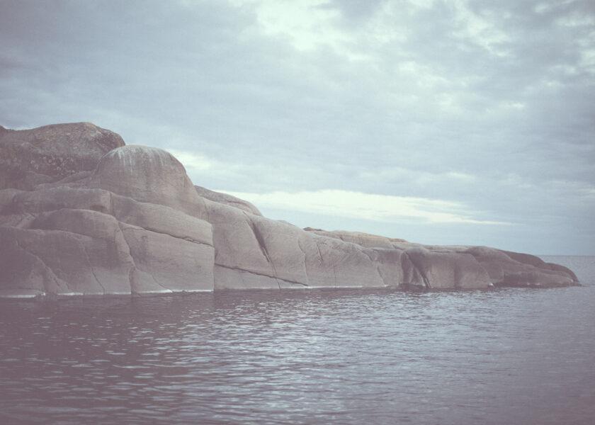 klippa i ett stilla hav