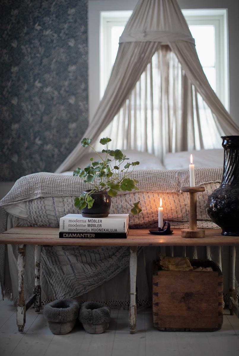 tända ljus vid en mysig säng
