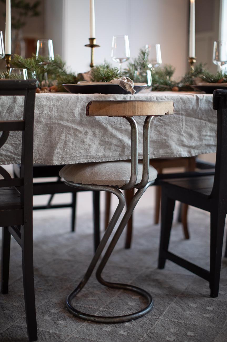 gamal stol vid matbord