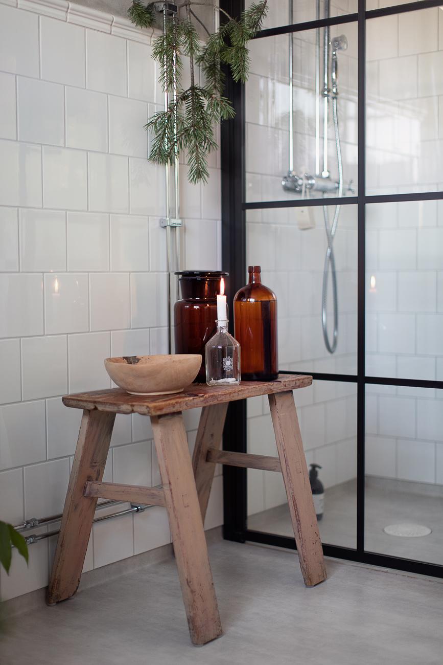 en pall i ett badrum