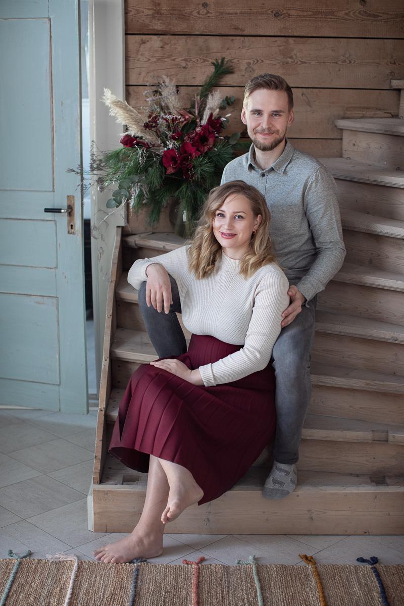 Molly och Sebastian sitter i en gamal trätrapp